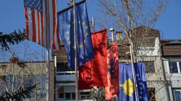 Zastave tzv. Kosova,EU,  SAD i Albanije u Prištini - Sputnik Srbija