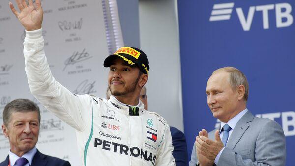 Победник трке Формуле 1 у Сочију Луис Хамилтон и председник Русије Владимир Путин на додели награда - Sputnik Србија