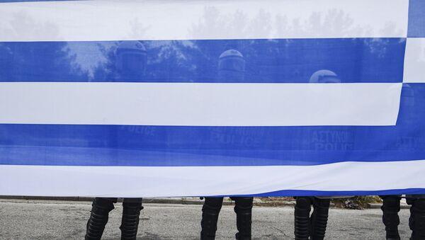 Pripadnici grčke policije iza zastave Grčke na protestu protiv grčkog imena susedne Makedonije - Sputnik Srbija
