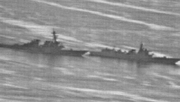 """Kineski brod prolazi na oko 40 metara od američkog razarača """"Dekatur"""" - Sputnik Srbija"""