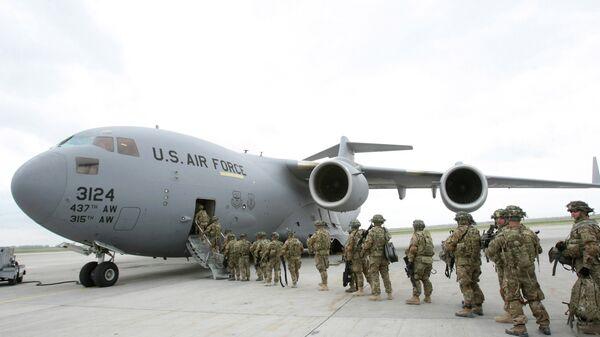 Амерички војници се укрцавају у војни авион у бази Манас пре лета за Авганистан - Sputnik Србија