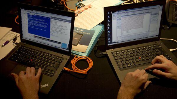 Чланови црвеног тима раде на лаптоповима током симулације сајбер-напада у Лондону - Sputnik Србија