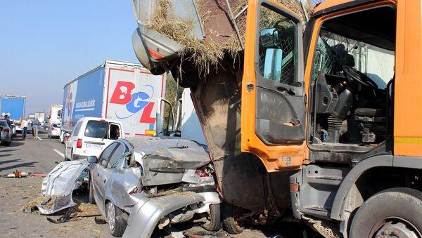U nesreći učestvovalo više vozila — kamioni, automobili - Sputnik Srbija