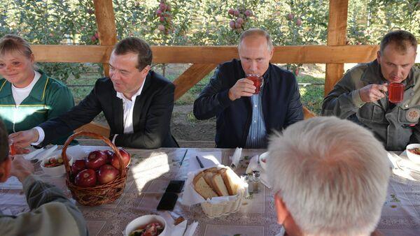 Premijer Rusije Dmitrij Medvedev i predsednik Vladimir Putin tokom posete Stavropoljskom kraju - Sputnik Srbija