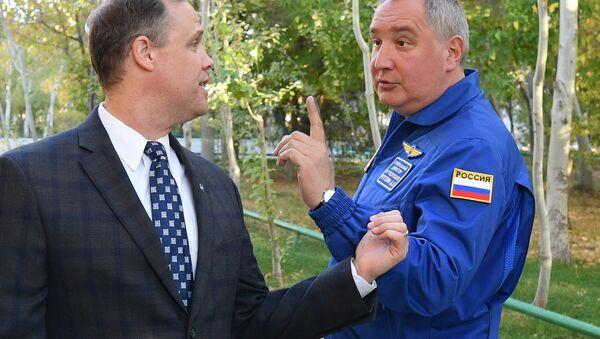 Директор Роскосмоса Дмитриј Рогозин и директор НАСА Џим Брајденстајн - Sputnik Србија