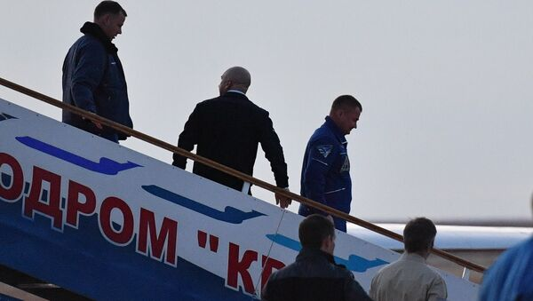 Članovi glavne posade Međunarodne svemirske stanice, kosmonaut Roskosmosa Aleksej Ovčinin i astronaut Nik Hejg na aerodromu u Bajkonuru - Sputnik Srbija