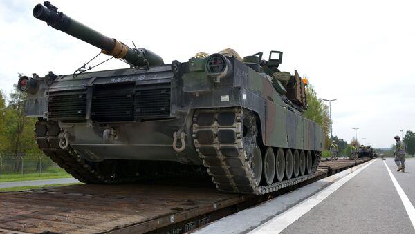 Američki vojnici utovaruju tenkove na teretni voz u okviru vojne vežbe Combined Resolve II u Nemačkoj - Sputnik Srbija