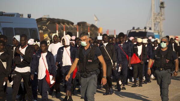Italijanska granična policija prati izbeglice iz Afrike na Siciliji - Sputnik Srbija