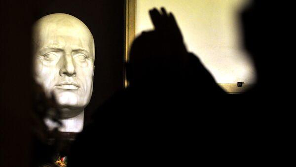 Neofašisti na grobu Benita Musolinija u rodnom mestu Predapiju, tokom obeležavanja 90. godišnjice Marša na Rim 28. oktobra 2012. - Sputnik Srbija