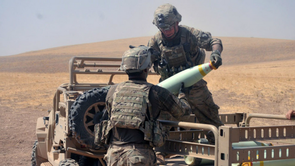Koalicione snage ubacuju municiju sa belim fosforom u borbi protiv DAEŠ-a u Iraku. - Sputnik Srbija