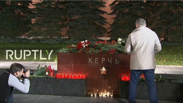 Moskovljani polažu cveće na Crvenom trgu u znak sećanja na žrtve u Kerču - Sputnik Srbija