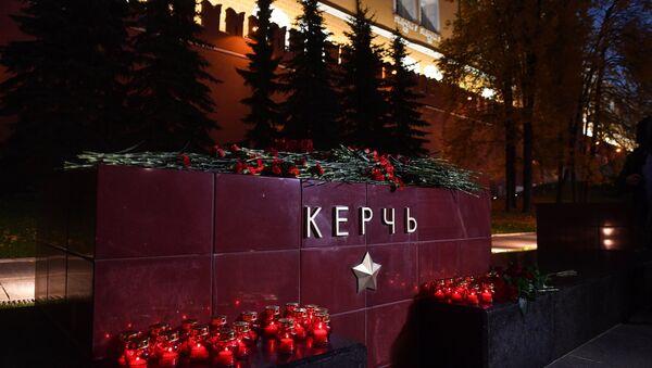 Cveće i svete na memorijalnom spomeniku gradu-heroju u Moskvi stavljeni u znak žalosti zbog poginulih u eksploziji u Kerču - Sputnik Srbija
