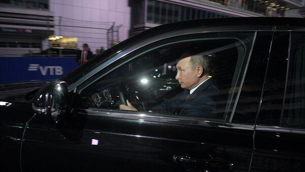 Predsednik Rusije Vladimir Putin u automobilu Aurus korteža predsednika Rusije - Sputnik Srbija