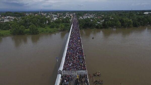 Migranti prelaze iz Gvatemale u Meksiko - Sputnik Srbija