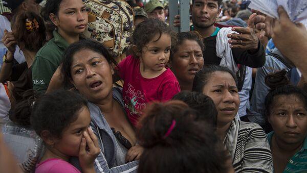 Деца и жене мигранти на граници Мексика и Гватемале - Sputnik Србија