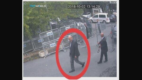 Фотографија са видео-снимка камера за надзор саудијског конзулата на којима се види како новинар Џамал Хашоги улази у конзулат Саудијске Арабије у Истанбулу - Sputnik Србија