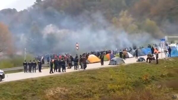 Мигранти пробијају кордон на граници с Хрватском - Sputnik Србија