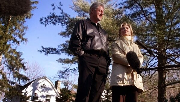 Хилари и Бил Клинтон испред своје куће - Sputnik Србија