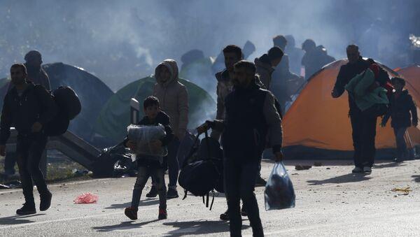 Мигранти на граници БиХ и Хрватске у неуспелом покушају да се домогну ЕУ - Sputnik Србија