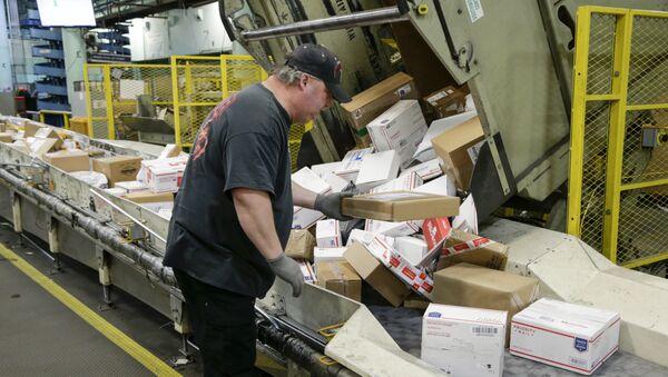 Radnik raspoređuje pošiljke u pošti u Omahu - Sputnik Srbija