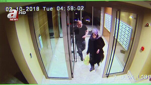 Снимак са камера за надзор саудијског новинара Џамала Хашогија и његове веренице Хатиџе Ченгиз у Турској - Sputnik Србија