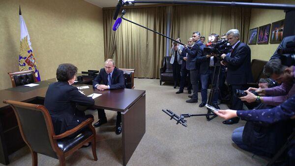 Predsednik Rusije Vladimir Putin i gubernator Hanti-Mansijskog autonomnog okruga - Jugre, Natalija Komarova - Sputnik Srbija