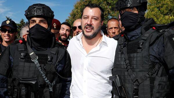 Италијански министар унутрашњих послова Матео Салвини позира са двојицом припадника Централне безбедносне оперативне службе, антитерористичке јединице полиције у Риму. - Sputnik Србија