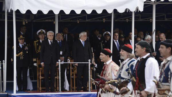 Predsednik Italije Serđo Matarela i predsednik Grčke Prokopis Pavlopulos posmatraju vojnu paradu u Solunu - Sputnik Srbija