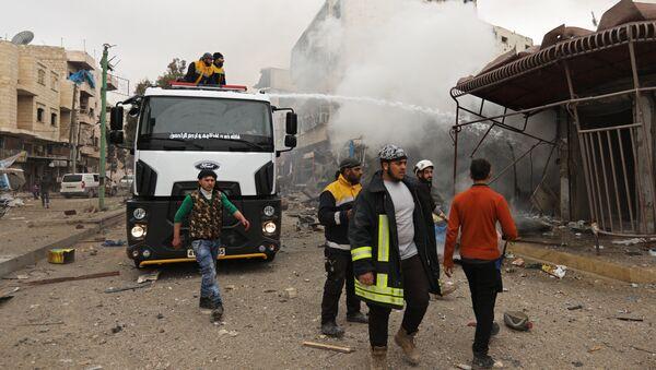 Припадници Белих шлемова гасе пожар на месту наводног ваздушног напада у Идлибу - Sputnik Србија