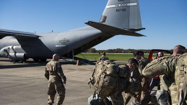 Припадници америчке војске у војној бази Форт Нокс спремају се да крену у Операцију Верни патриота. Трампова администрација најавила је да ће послати неких пет хиљада војника на границу са Мексиком како би спречили мигрантски караван да уђе у САД. - Sputnik Србија