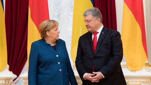 Немачка канцеларка Ангела Меркел и председник Украјине Петро Порошенко на састанку у Кијеву - Sputnik Србија