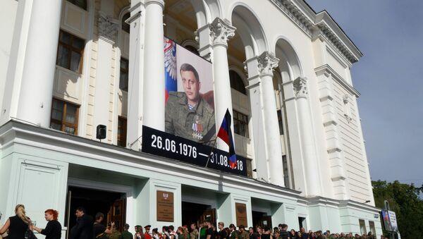 Војници и мештани током сахране лидера ДНР Александра Захарченка у Доњецку - Sputnik Србија