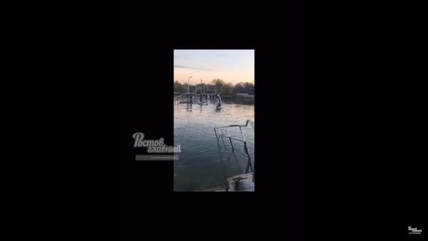 Utonuo most na Rostovu na Donu (video) - Sputnik Srbija