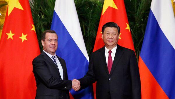 Премијер Русије Дмитриј Медведев и председник Кине Си Ђинпинг - Sputnik Србија
