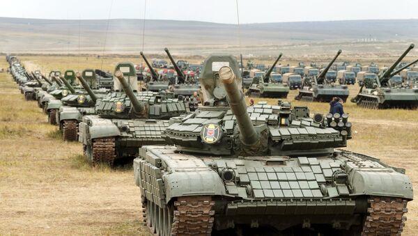 Тенкови Т-72 и Т-80 на полигону Цугол у забајкалју на војним вежбама Исток 2018 - Sputnik Србија