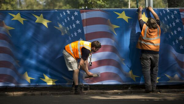 Grafit na kom su zastave EU i SAD - Sputnik Srbija