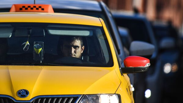 Voditelь taksi na Bulьvarnom kolьce v Moskve - Sputnik Srbija