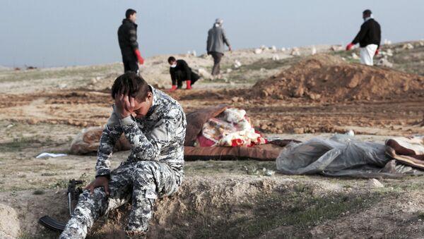Ирачки полицајац на месту масовне гробнице у Хамам ел Алилу у Ираку - Sputnik Србија