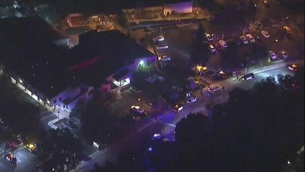 Снимак из ваздуха на полицијска возила и улицу у близини места пуцњаве у Калифорнији - Sputnik Србија