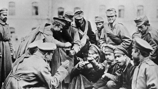 Руски војници сипају супу Аустријанцу на руско-немачком фронту - Sputnik Србија