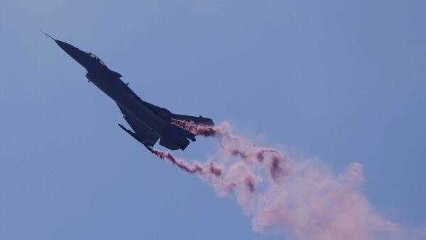 Кинески војни ловац Ј-10Б на аеромитингу у Џухају - Sputnik Србија