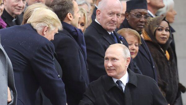 Председници САД и Русије, Доналд Трамп и Владимир Путин, рукују се на церемонији обележавања Дана примирја у Првом светском рату у Паризу - Sputnik Србија