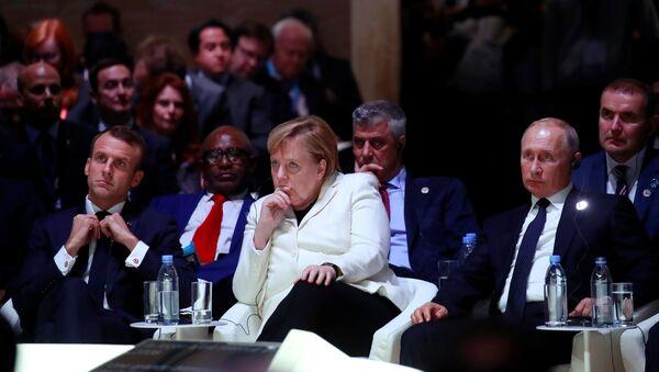Председник Француске Емануел Макрон, немачка канцеларка Ангела Меркел и председник Русије Владимир Путин на отварању Мировног форума у Паризу - Sputnik Србија