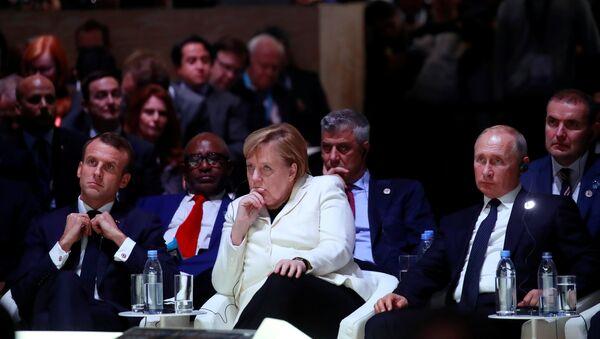 Емануел Макрон, Ангела Меркел и Владимир Путин на Мировном форуму у Паризу - Sputnik Србија