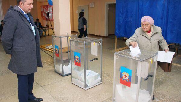 Međunarodni posmatrač na biračkom mestu u Lugansku na izborima za predsednika i poslanike Narodnog saveta Luganske Narodne Republike - Sputnik Srbija