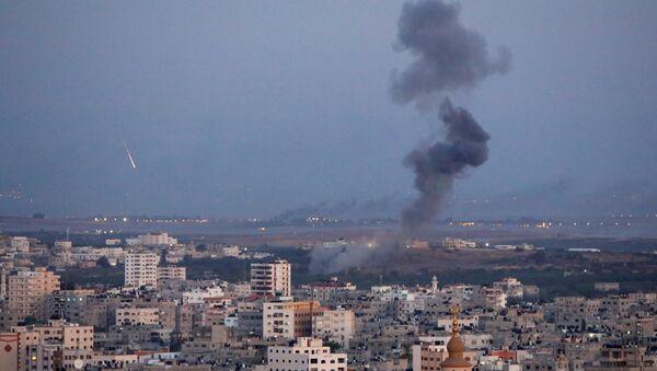 Дим се вије током израелског ваздушног напада у Гази - Sputnik Србија