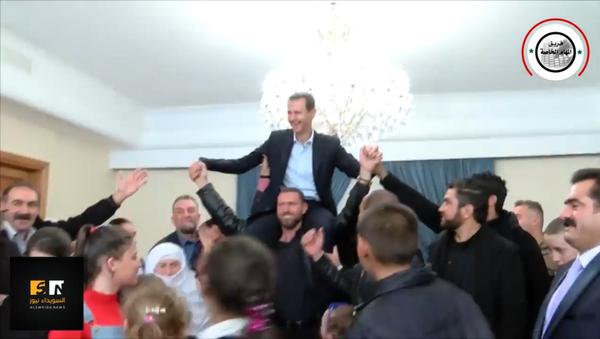 Асад на раменима захвалних Сиријаца (видео) - Sputnik Србија