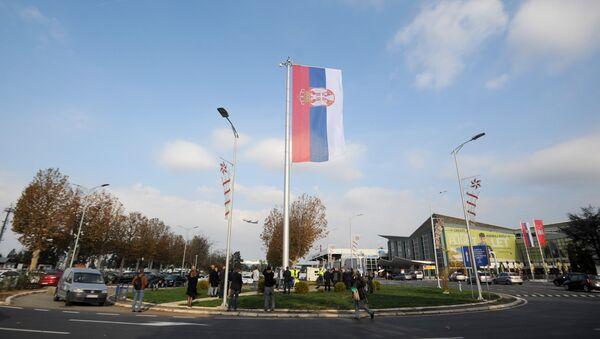 Na beogradskom aerodromu Nikola Tesla danas je podignuta najveća državna zastava Srbije, veličine 72 metra kvadratna. - Sputnik Srbija
