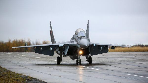 Вишенаменски ловац МиГ-29КУБ током тренажних летова на војном аеродрому Североморск 3 у Мурманској области - Sputnik Србија