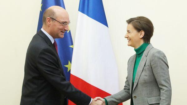 Премијерка Ана Брнабић састала се са амбасадором Француске Фредериком Мондолонијем - Sputnik Србија